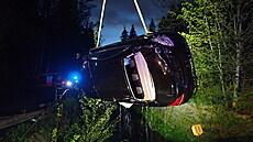 Při nehodě v Liberci skončil řidič s mercedesem v řece, na vyproštění auta použili hasiči jeřáb