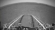 Čínské robotické vozítko Ču-žung zahájilo svou misi, týden po přistání poprvé vyjelo na povrch Marsu