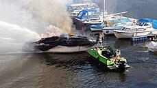 V pražském Podolí hořela motorová loď. Vrak se podařilo vylovit, škoda přesáhne půl milionu