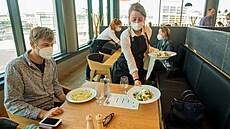 Soud vyhověl podnětu lékaře: omezení restaurací na přelomu dubna a května bylo v rozporu se zákonem