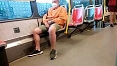 Policie hledá muže, který v pražské tramvaji masturboval před nezletilou dívkou. Ta ho natočila na mobil