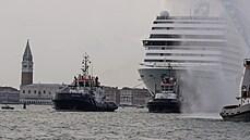 Z italských Benátek po roce vyplula první velká výletní loď, vyprovázely ji protesty