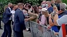 VIDEO: Macron dostal při setkání s veřejností facku. Útočník vyučuje šermířské souboje