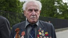 V 98 letech zemřel poslední osvoboditel Osvětimi. Ve válce přišel o plíci, později se stal šermířem
