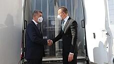 Babiš převzal od maďarského ministra 41 tisíc dávek vakcíny Pfizer. Rozdělování od EU prý bylo nespravedlivé