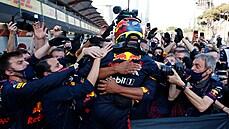 Dramatický závod F1 v Ázerbájdžánu vyhrál Mexičan Pérez. V čele MS zůstal jeho týmový kolega Verstappen
