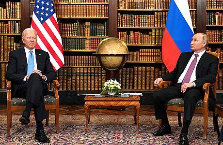 Biden měl po setkání s Putinem zmrazit dodávku zbraní na Ukrajinu. Bílý dům ale odmítá, že by se ke spojencům otočil zády