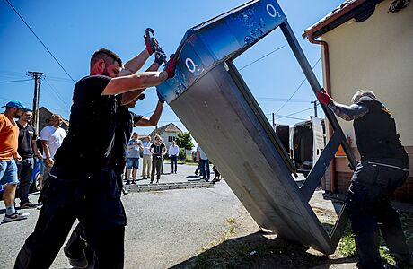 Poslední česká telefonní budka šla k zemi. Dělníci ji odstranili ve středočeské Hlubyni