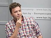 Běloruský novinář Pratasevič je nyní v domácím vězení. Podle jeho rodiny se ale nejedná o velký posun