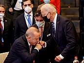 Kouzlo nechtěného. Erdogan na fotce ze summitu vypadá, jako by líbal Bidenovi ruku