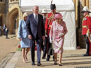 Britská královna se na závěr summitu G7 sešla s Bidenovými na čaj.