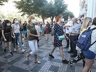 Nedočkaví zákazníci měli na Václavském náměstí před obchodem s oděvy vyhrazený...