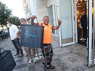 Už od rána čekaly na otevření prvního obchodu řetězce Primark stovky lidí.