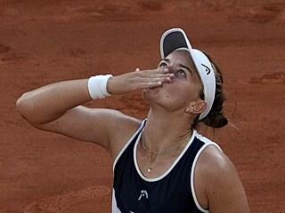 Barbora Krejčíková děkuje po vítězství v semifinále French Open.