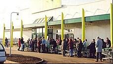 Češi už 25 let nakupují v supermarketech. Zůstali u rohlíků, jedí víc ovoce
