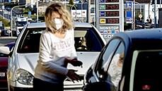 Zhroucení cen ropy pod nulu je pohroma pro těžaře, řidiči jásají. Jaký je výhled a za kolik se tankuje v Česku?