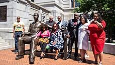 Floyd má nově velkou sochu, v Newarku sedí na lavičce. Poslouží jako připomínka výzev k rasové spravedlnosti