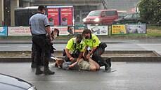 Demonstrant se v Brně přilepil k silnici vteřinovým lepidlem, přivolaní hasiči si pomohli benzinem