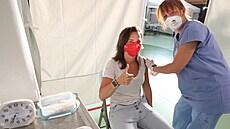 Na středočeský očkovací maraton přišly tisíce lidí. Zřejmě se podaří zápis do knihy rekordů