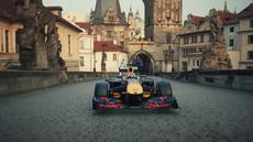 VIDEO: RedBull uvedl reklamní spot s kontroverzní jízdou formule po Karlově mostě