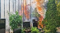 Z Vinohradského hřbitova šlehaly plameny. Shořelo 84 tújí, požár způsobila svíčka