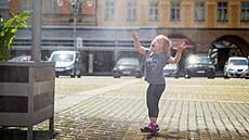 Tropický pátek v Česku, uzavření poboček pošty a první mozková banka