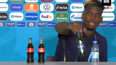 Ronaldo veřejně zavrhl Coca-Colu, kterou dřív propagoval. Pogba pak schoval pivo, jeho gesto je spojováno s islámem