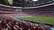 Z tribuny ve Wembley spadl fotbalový fanoušek, je ve vážném stavu v nemocnici