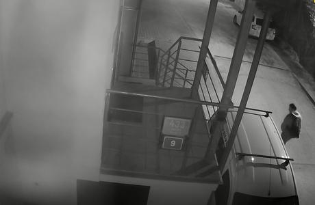 Policie pátrá po muži, který se pohyboval u haly v Braníku krátce předtím, než vzplála