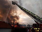 Na Příbramsku hoří výrobní hala. Hasičům se podařilo dostat oheň pod kontrolu