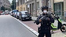Policistu zranil výbuch v pražském bytě, zřejmě se jednalo o nástražný systém ve dveřích