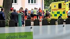 Záchranáři v Sokolově ošetřili 20 žáků střední školy. Začali hromadně kolabovat