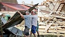V tornádem zasažených obcích se začíná opravovat. Kraj žádá, aby dobrovolníci již nejezdili, je jich tam dostatek