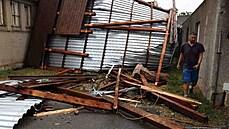Spadlá střecha, voda na silnicích i polámané stromy. Hasiči kvůli bouřkám hlásí stovky zásahů