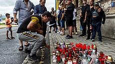 Romové v Teplicích zapalovali svíčky na místě, kde po policejním zásahu zemřel mladý muž