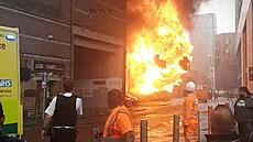 Železniční viadukt na jihu Londýna zachvátil požár, šest lidí je zraněných