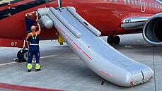 'Neodletět kvůli omylem nafouknuté skluzavce, to je poprvé.' Fotbalisté měli problémy s letadlem