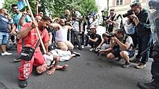 'Když vidím koleno na šíjí, strážníky napomínám.' Experti z EU varují před zaklekáváním