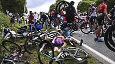 Zavinila hromadný pád na Tour de France. Divačku teď propustili z vazby, čeká ji soud