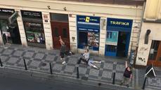 Policie dopadla muže, který měl zastřelit úřednici. Už dřív útočil kyselinou, svědek natočil zatýkání