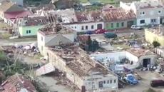 VIDEO: Malebná moravská vesnice je v troskách. Záběry z dronu ukazují stěží uvěřitelnou zkázu po tornádu