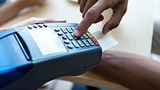 Neplaťte v cizině víc, než musíte. Menší banky začaly nabízet ochranu proti předraženým platbám kartou