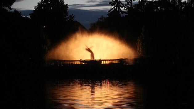 Na Dvořákově nábřeží v Příbrami předvedli hasiči vodní fontánu.