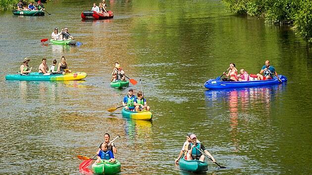 Tisíce vodáků využili prodloužený víkend a vyrazili na Vltavu.