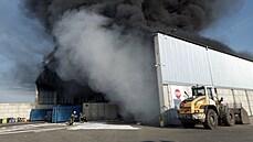 Požár haly s odpadem v Hradci Králové nejspíš způsobilo samovznícení. Škoda činí odhadem 1,5 milionu