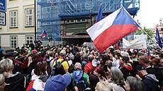 Na Malostranském náměstí protestovaly stovky odpůrců protikoronavirových opatření