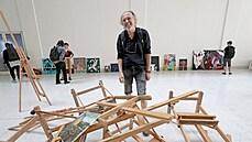 OBRAZEM: Umělci nakráčeli v rámci protestu do Národní galerie. Do prázdného foyer nanosili obrazy