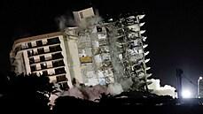 Zřícení 12patrové budovy na Floridě má již 36 obětí. Pátrání v troskách ale komplikují blesky a déšť