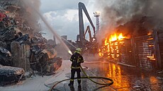 V Ostravě hoří autovrakoviště, hasiči vyhlásili třetí stupeň poplachu. Na místě více než 20 jednotek