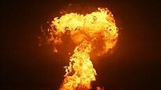 Ázerbájdžán v komentáři ke snímkům výbuchu v moři vyloučil havárii ropné plošiny